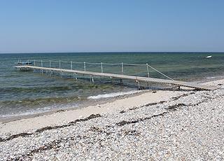 Langer Badesteg am schönen Badestrand von Bro Strand