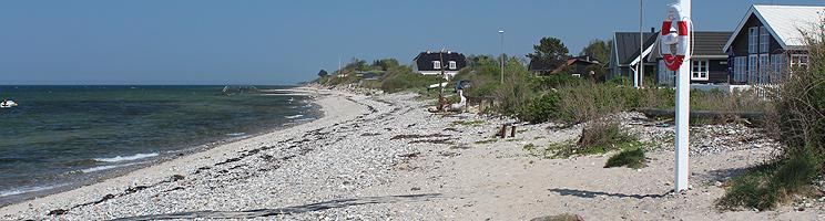 Schöner Badestrand mit klarem Badewasser am Ferienhausgebiet Bro Strand