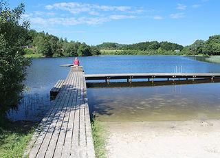 Lang badebro ved Bryrup Søbad i det naturskønne ferieområde Bryrup