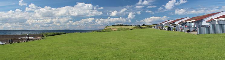 Sommerhuse med udsigt over havnen og havet i Dageløkke