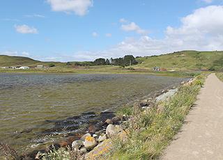 Der Strand von Dokkedal ist vom hügeligen Gebiet Mulbjergene umgeben