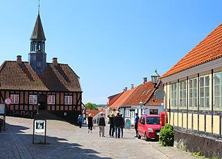Nyt synet av de gamle, sjarmerende bygninger i sentrum av Ebeltoft