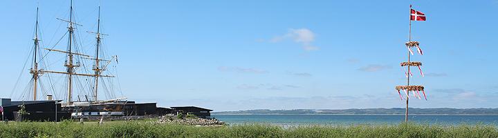 Fregatten Jylland ved siden av badestranden i Ebeltoft