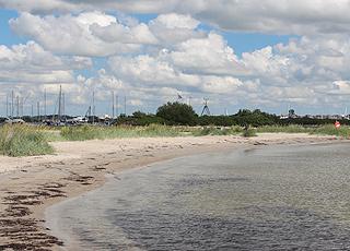 Am Jachthafen in Egense liegt ein feiner, kleiner Sandstrand mit der blauen Flagge (Auszeichnung)