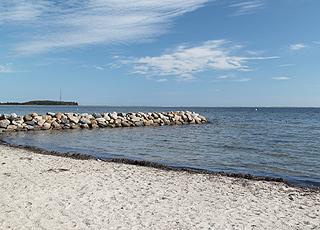 Egense Strand bietet feinen weißen Sand und seichtes, kinderfreundliches Wasser