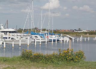 Im stimmungsvollen Egense Hafen liegen Fischerboote und Segelboote Seite an Seite