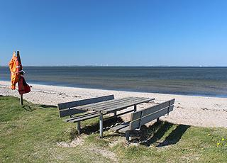 Picnicområde ved den fine sandstrand i sommerhusområdet Ejsingholm