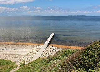 Am Strand von Ertebølle können Sie einen langen Badesteg benutzen