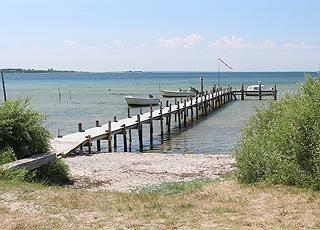 Bade- og bådebro ved den skønne badestrand i Falsled