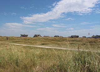 Sommerhuse i det kuperede klitlandskab bag golfbanen i Fanø Bad
