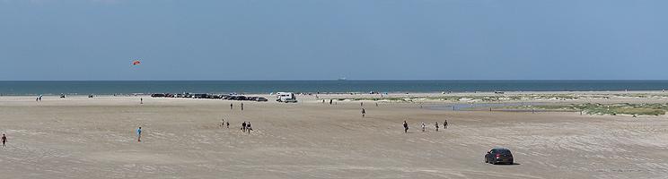 Den meget brede sandstrand med plads til badning og diverse strandaktiviteter ved Fanø Bad
