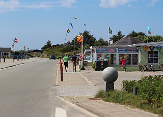Badebyen Rindby Strand byder på butikker og spisesteder
