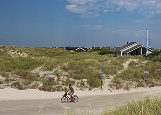 Sommerhusene i Rindby Strand ligger lige bag de høje klitter