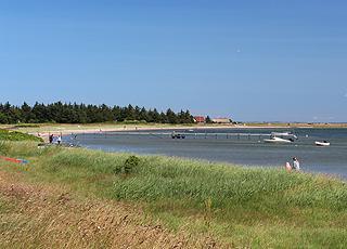 I Gjellerodde kan I bade fra stranden eller fra den lange badebro