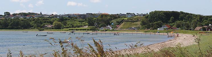 Sommerhusene i Gjellerodde ligger på en bakke og mange har god udsigt over havet og stranden