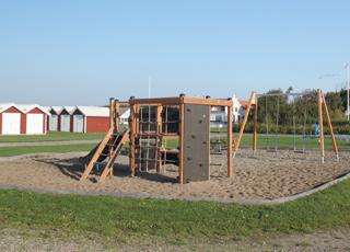 Bådehuse og en fin legeplads til børnene på Gjøl Havn