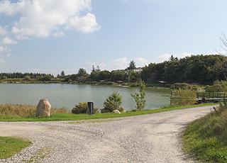 Der Weg, der rund um den See in Gøttrup führt