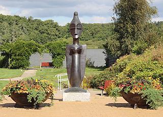 Skulptur ved Gråsten Slotssø, midt i Gråsten by