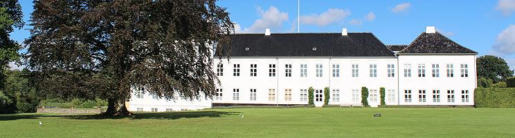 Gråsten Slot fra år 1603 er omgivet af en smuk slotshave og Gråsten Slotssø