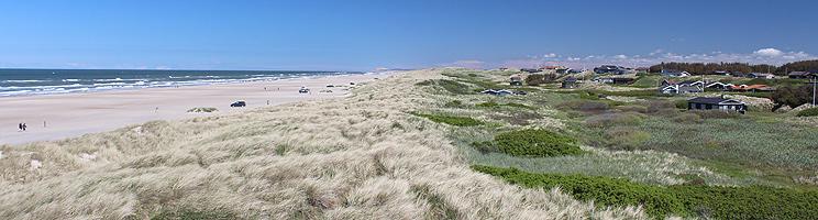 Sandstrand, Nordsee und Ferienhäuser in den Dünen bei Grønhøj