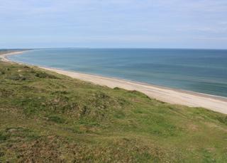 Stranden og den kuperede natur ved Grønne Strand