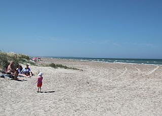 Bred sandstrand og lave klitter ved Grønne Strand