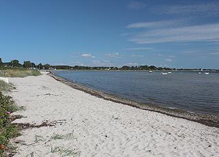 Grønninghoved byder på en dejlig sandstrand med lavt badevand