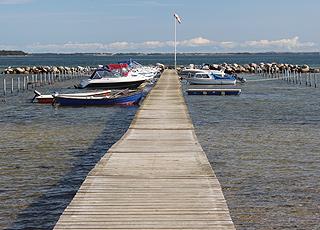 Hyggelig bådebro i den ene ende af Grønninghoved Strand