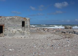Udsigt over den lange, brede sandstrand med klitter i Harboør