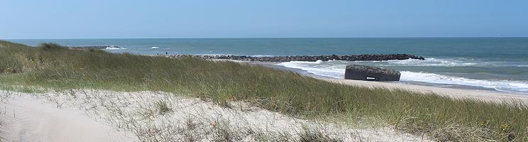 Rester af bunker mellem bølgebryderne på stranden i Harboør