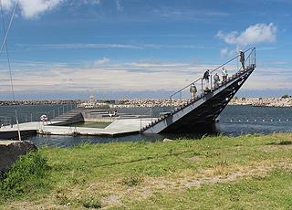 I Hasle Havnebad kan I svømme i et bassin eller springe fra trappen