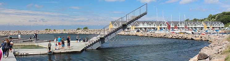 Hasle Havnebad med badeplatform og flyvende tæppe ved lystbådehavnen i Hasle