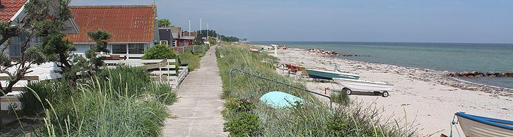 Sti mellem sommerhusene og badestranden i ferieområdet Hasmark