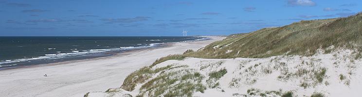 I Haurvig finder I en bred sandstrand med høje klitter