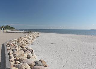 Hejlsmindes dejlige sandstrand mellem havet og strandpromenaden
