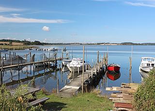 Lille, hyggelig havn med fritidsbåde ved Hejls Nor