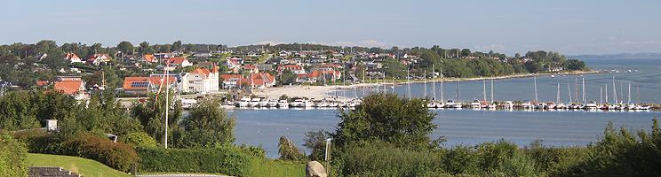 Udsigt over Hejlsminde, badestranden og lystbådehavnen fra bakkerne bag byen