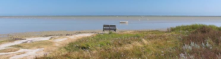 Aussichtsbank an der Küste mit seichtem Wasser in Helberskov