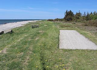 Boule-Bahn und Bänke hinter dem Strand vom Ferienhausgebiet Helligsø