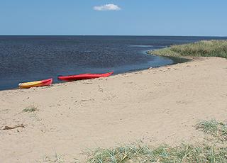 Hemmet byder på en lille sandstrand, som I kan bade, surfe og sejle fra