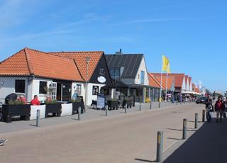 Hovedgaden i Henne Strand med spisesteder og butikker