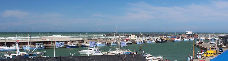 Den hyggelige havn med fiskekuttere og sejlbåde i Hirtshals