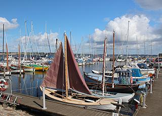 Den hyggelige lystbådehavn i Hjarbæk er byens samlingspunkt