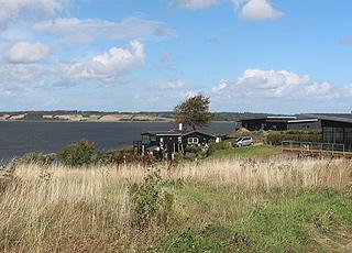 Flere sommerhuse i Hjarbæk er højt beliggende og har god udsigt over Hjarbæk Fjord