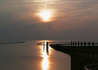 Oplev solnedgangen over Vadehavet fra slusen i Højer