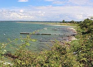 Badestege am Strand und den Ferienhäusern in Horne