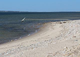 Badebro ved stranden i sommerhusområdet Hostrup