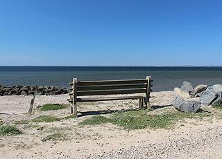Udsigtsbænk ved stranden i ferieområdet Hostrup
