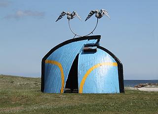 Windharfenskulptur, die aus Teilen abgewrackter Fischkutter erstellt ist, am Nordstrand von Hou