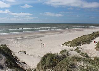 Den brede og bilfri sandstrand i Houstrup